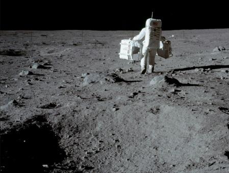 Buz Aldrin llevando el Retro-reflector Láser Lunar de Medición y un Sismómetro